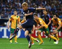 W杯ブラジル大会・アジア最終予選【日本1―1オーストラリア】試合終了間際、同点のPKを決める本田。勝ち点を14に伸ばし、本大会出場権を獲得できるB組2位以内が確定した=埼玉スタジアムで2013年6月4日、小出洋平撮影