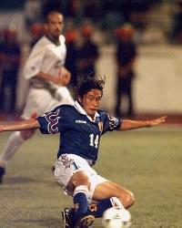 【イラン―日本】延長後半、決勝ゴールを決めた岡野。W杯フランス大会のアジア最終予選第3代表決定戦で勝利し、初めてW杯出場を決めた=マレーシア・ジョホールバルで1997年11月16日、藤井太郎撮影