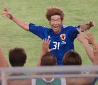 【北朝鮮―日本】後半44分、2点目のゴールを決めて大喜びでベンチに駆け寄る大黒将志=バンコクのスパチャラサイ国立競技場で2005年6月8日、山本晋撮影