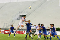 【北朝鮮―日本】観客がいない競技場で試合をする両国選手=バンコクのスパチャラサイ国立競技場で2005年6月8日、竹内幹撮影