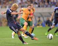 【日本―オーストラリア】試合終了間際、同点のPKを決める本田=埼玉スタジアムで2013年6月4日、宮間俊樹撮影