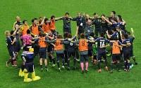 【日本―オーストラリア】W杯出場を決め、輪になって喜ぶ日本の選手たち=埼玉スタジアムで2013年6月4日、久保玲撮影