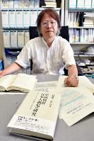 「日本政府の戦後政策の誤りが、残留孤児を生み出した」と強調する浅野慎一教授=神戸市灘区の神戸大大学院で、元田禎撮影