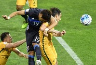 Japan's Hiroki Sakai, left, tries to score with a header in the first half of Japan's World Cup Group B qualifying soccer match against Australia at Saitama Stadium on Aug. 31, 2017. (Mainichi)