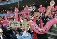 近鉄・オリックスの合併合意が発表され、抗議する近鉄のファンたち=2004年6月13日、大阪ドーム(当時)で