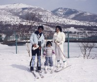 Kei Komuro, center, enjoys skiing with his parents in the Sugadaira district of Nagano Prefecture, in the winter of 1998 when he was 7. (Photo courtesy of Kei Komuro)