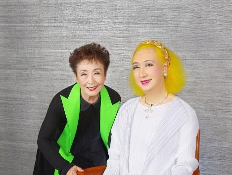加藤登紀子さん(左)と美輪明宏さん=東京都千代田区の毎日新聞本社で2017年8月8日、外部カメラマン・御堂乗義さん撮影
