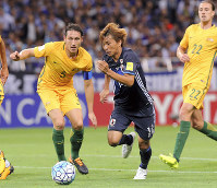 W杯出場を決めたオーストラリア戦の後半、ドリブルで攻め上がる乾(右から2人目)=埼玉スタジアムで2017年8月31日、長谷川直亮撮影