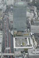 国内最大級のバスターミナル「バスタ新宿」(手前)=東京都渋谷区で2016年4月、本社ヘリから