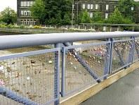 橋の欄干にかかる南京錠=独・バイロイト市内で、梅津時比古撮影