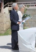 小桜の塔で供花される天皇、皇后両陛下。献花台に糸数さんの手編みのレースが敷かれた=2014年6月27日、和田大典撮影