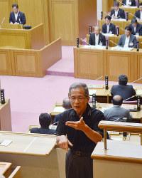 枝広・福山市長(左奥)の提案説明を手話で翻訳する手話通訳士=広島県福山市議会で、真下信幸撮影