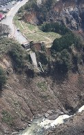 災害時の緊急輸送道路の確保も課題だ。写真は阿蘇大橋が崩落した現場=熊本県南阿蘇村で2017年4月12日