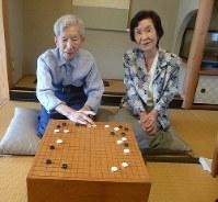 二人で打った対局の検討をする杉内雅男九段(左)と妻の寿子八段=東京都内で