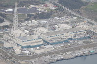 From left, the No. 5, 6 and 7 reactors at Tokyo Electric Power Co.'s Kashiwazaki-Kariwa nuclear power plant are seen in Kashiwazaki, Niigata Prefecture, in this April 21, 2016 file photo. (Mainichi)