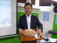 オニヒトデの標本を手に、大発生の問題を語る岡地賢さん=毎日メディアカフェで