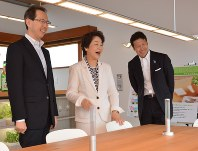 笑顔を浮かべる(左から)福島・内堀雅雄、山形・吉村美栄子、新潟・米山隆一の3県知事=米沢市アルカディアのスマート未来ハウスで