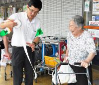トイレットペーパーについて説明する豊岡南署員(左)=兵庫県豊岡市元町で、柴崎達矢撮影