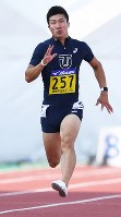 Yoshihide Kiryu runs in the final of the men's 100-meter sprint during an intercollegiate meet at the Fukui Prefectural Athletic Park in Fukui on Sept. 9, 2017. (Mainichi)