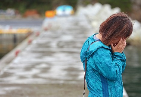 健太さんが発見された日に女川湾を訪れ、涙を流す田村弘美さん。「同じ悲しみを繰り返さないため」に語り部活動を続けている=宮城県女川町で2016年9月26日、佐々木順一撮影