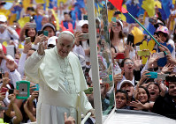 大勢の市民の歓迎に手を振って応えるフランシスコ・ローマ法王=コロンビアの首都ボゴタで7日、ロイター