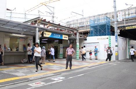 現在の駅南口に立つ下平さん(中央)。南口は整備の一環で今年度中に取り壊される