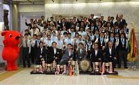 森田健作知事(前列左から3人目)を表敬訪問した高校総体の優勝選手ら=県庁で