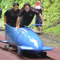 ボブスレーの日本代表候補の合宿で、加速したそりに乗り込む押切(右)