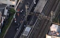 沿線のボクシングジムの火災で延焼した小田急線の車両(中央)=東京都渋谷区で2017年9月10日午後5時8分、本社ヘリから西本勝撮影