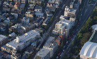 火災があったボクシングジム(左上)。中央は停車した小田急線の車両=東京都渋谷区で2017年9月10日午後4時56分、本社ヘリから西本勝撮影