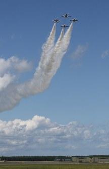 航空祭で披露されたブルーインパルスの曲芸飛行=青森県三沢市の三沢基地で2017年9月10日、塚本弘毅撮影