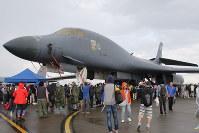 航空祭で巨大な機体を見せるB1戦略爆撃機=青森県三沢市の三沢基地で2017年9月10日撮影、塚本弘毅撮影