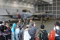 雨天のため格納庫内で展示された米軍の最新鋭ステルス戦闘機F35B=青森県三沢市の三沢基地で2017年9月10日、塚本弘毅撮影
