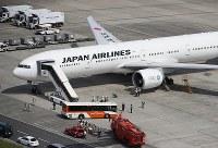 左エンジンのトラブルで羽田空港に引き返した日航機=東京都大田区の羽田空港で2017年9月5日午後0時54分、本社ヘリから
