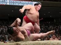 御嶽海(下)がはたき込みで阿武咲に敗れる=東京・両国国技館で2017年9月10日、後藤由耶撮影