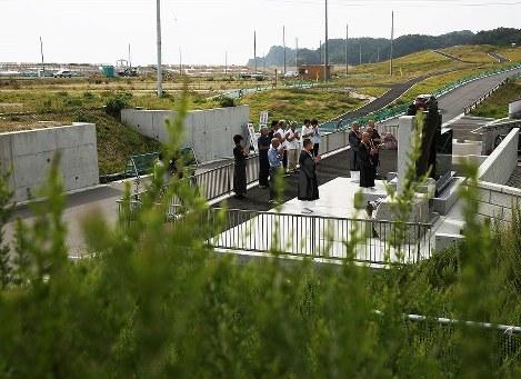 東日本大震災から6年半を迎えた11日、福島県いわき市の沿岸部で地元住民らが慰霊碑の前で犠牲者に手を合わせた。津波被害があった同市薄磯地区は防潮堤やかさ上げ工事が進み、高台には住宅建設も始まっている。同地区で旅館を営む鈴木幸長さん()は「薄れる記憶もあるが、月命日に手を合わせ犠牲者を忘れてはいけない」と話す=福島県いわき市で2017年9月11日午前8時40分、小出洋平撮影