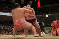 突き倒しで貴景勝に敗れる宇良(左)=東京・両国国技館で2017年9月11日、和田大典撮影