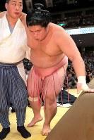 貴景勝との一番で足を負傷し、肩をかりて引き上げる宇良=東京・両国国技館で2017年9月11日、和田大典撮影