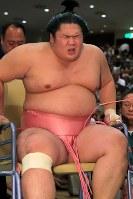 貴景勝との一番で足を負傷し、車いすで運ばれる宇良=東京・両国国技館で2017年9月11日、和田大典撮影