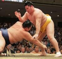叩き込みで朝乃山を降す遠藤=東京・両国国技館で2017年9月11日、和田大典撮影
