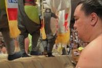 結びの一番を前に土俵際で集中力を高める日馬富士=東京・両国国技館で2017年9月11日、和田大典撮影