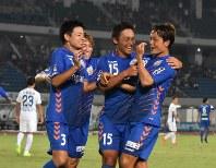 後半、2点目を挙げ、仲間と抱き合って喜ぶV長崎のMF翁長選手(右端)
