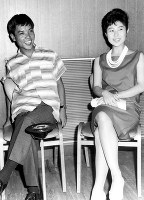 中村玉緒(右)と並ぶ西地正満=1965年ごろ