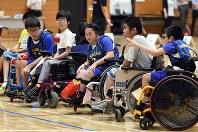 「ボッチャ甲子園」で競技する選手たち=根岸基弘撮影