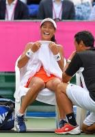 クルニッチとの対戦が現役最後の試合となった伊達公子。終始劣勢だったが、試合中に笑顔も見せた=有明テニスの森で2017年9月12日、手塚耕一郎撮影
