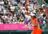 大勢の観客が見つめる中、クルニッチと対戦する伊達公子=有明テニスの森で2017年9月12日、手塚耕一郎撮影