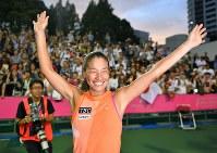 現役最後の試合を終え、観客に向かって笑顔で手を振る伊達公子=有明テニスの森で2017年9月12日、手塚耕一郎撮影