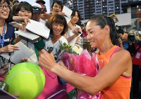 現役最後の試合を終え、観客からのサイン攻めに応える伊達公子=有明テニスの森で2017年9月12日、手塚耕一郎撮影
