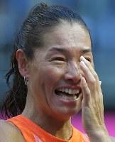 現役最後の試合を終え、引退セレモニーで涙を流す伊達公子=有明テニスの森で2017年9月12日、手塚耕一郎撮影