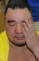 琴奨菊に敗れ、支度部屋で厳しい表情を見せる日馬富士=東京・両国国技館で2017年9月12日、宮武祐希撮影
